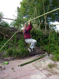 """bouwen met bamboestokken uit de botanische tuin """"De Groene Prins"""" geeft sterke constructies"""